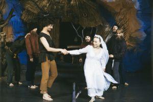 Kyläläiset esittävät kuninkaallisia häitä Televisioteatterin Prinsessa Ruusunen -elokuvasta 1982.