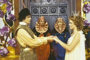 Prinssi Florestan (Matti O Ranin) ja prinsessa Ruusunen (Susanna Haavisto) sekä kuningas (Tauno Söder) ja kuningatar (Maija-Leena Soinne) Televisioteatterin Prinsessa Ruusunen -elokuvassa 1982.