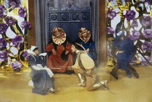 Prinssi Florestan (Matti O Ranin) löytää linnasta nukkumasta hovineidon (Kirsti Wallasvaara), kuninkaan (Tauno Söder), kuningattaren (Maija-Leena Soinne) ja valtioneuvoksetar Kunigundan (Liisamaija Laaksonen)