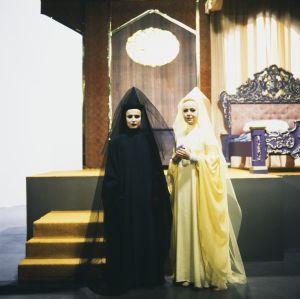 Tuonetar (Marjut Toivanen) ja Valotar (Pirkko Peltomäki) Televisioteatterin Prinsessa Ruusunen -elokuvassa 1982.