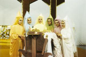 Haltijakummit Tähdetär (Petra Frey), Kuutar (Eeva Eloranta), Valotar (Pirkko Peltomäki), Sulotar (Terhi Panula), Päivätär (Katja Salminen) ja Koitar (Suve Pääsukene) Televisioteatterin Prinsessa Ruusunen -elokuvassa 1982.