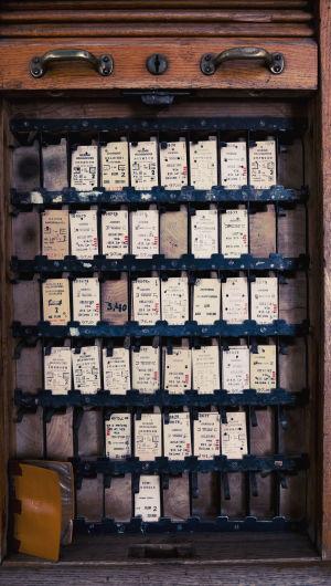 Vanhoja pahvisia junalippuja esillä laatikossa.