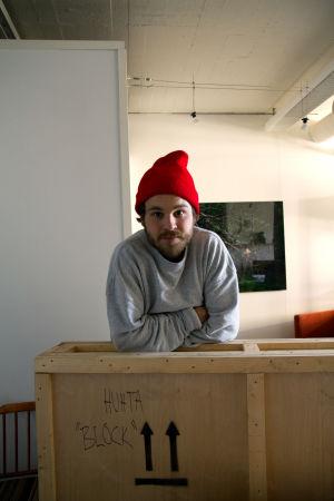 Punapipoinen Aapo Huhta nojailee laatikkoon, jossa lukee Huhta Block.