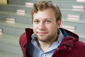 Lukas Stasevskij istuu portaikossa.