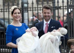 Man och kvinna håller i varsin baby i dopklänning
