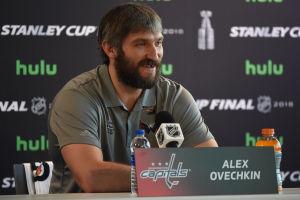 Alexander Ovetjkin ler under presskonferens.