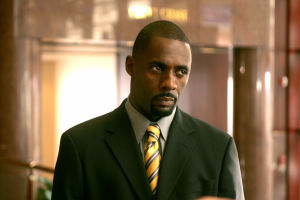 Näyttelijä Idris Elba Langalla-tv-sarjassa.