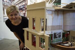 Arkkitehti Minna Lucander ja yksi monista Flores & Prats toimiston pienoismalleista