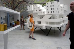 kerrostalo, jonka Michael Maltzan Architecture on suunnitellut kodittomille Los Angelesissa. Minna Joenniemi pienoismallin edessä.