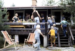 Näyttelijöitä ja avustajia Seikkailu Olavinlinnassa -draamassa (1977).