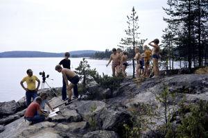Kuvaussuunnittelija Mauri Aalto, kuvaussihteeri Mari Lehtonen, ohjaaja Vili Auvinen sekä äänisuunnittelijat Eino Lehtinen ja Markku Mäkinen työssä. Lapsinäyttelijöitä ja avustajia (1977).