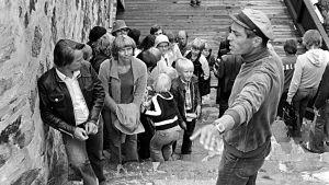 Vili Auvinen ohjaa tv-draamaa Seikkailu Olavinlinnassa (1977).