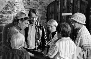 Ohjaaja Vili Auvinen, näyttelijät Seppo Mäki, Maija-Liisa Majanlahti ja Eila Roine. Edessä selin lapsinäyttelijät Antti Majanlahti ja Janne Auvinen (1977).