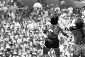 Maradona och Peter Shilton hoppar mot boll