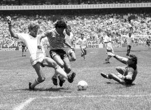 Maradona tacklas av britter efter att ha gjort sitt vackraste 2-0 mål