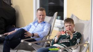 Oliver med pappa Mika i familjens hem på Lidingö.