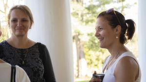 Pia von Weymarn-Vihtonen träffar Julia Taravella i Esbo,