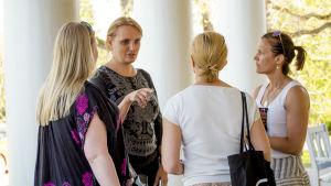Julia Taravellas träffar finländska AGU-familjer i Esbo.
