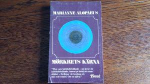 """Pärmen till Marianne Alopaeus bok """"Mörkrets kärna""""."""