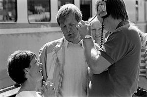 Tuija Ernamo, Ilmari Saarelainen ja studio-ohjaaja Jukka Santikko tv-sarja Sisko ja sen veli kuvauksissa (1985).