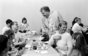 Neil Hardwick, Ilmari Saarelainen, Jykä Pietiinen ja Tuija Ernamo Kynnys ry:n palkintotilaisuudessa (1986).