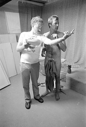 Neil Hardwick ohjaa Ilmari Saarelaista tv-sarjassa Sisko ja sen veli (1985).