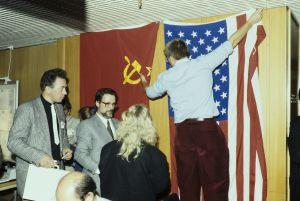 Flaggor hängs upp inför toppmötet, 1990