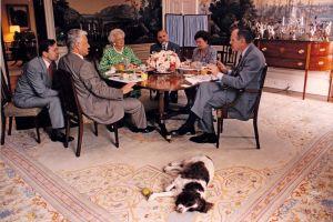 USA:s president George H. W Bush dricker kaffe med Borit Yeltsin i Vita huset år 1992.