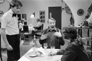 Emmanuel Limnios (tarjoilija), Tenho Saurén (Reinikainen) ja Tuija Vuolle (Aili Hinkka) kreikkalaisen ravintolan kohtauksessa.