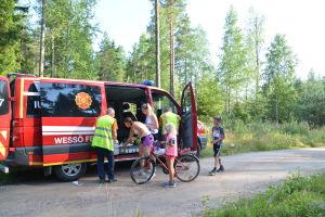 frivilliga brandkåren delar ut vatten och saltgurka på ett löpenvenemang i Vessö