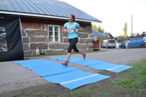 Heini Rautoma springer i mål på Vessörundån