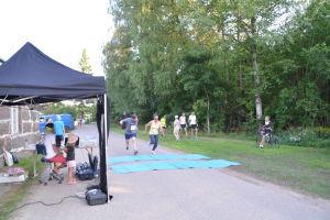 två tävlare springer i mål på et löpevenemang
