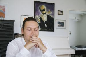 Kasper Dalkarl sitter vid sitt köksbord.