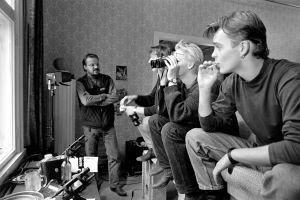 Tuomas Sallinen ohjaa tv-elokuvaa Hiljaiset laulut (1994).
