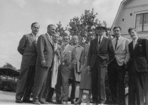 Radioselostajapäivät Turussa 1957. Eero Saarenheimo, insinööri Vehmas, äänitarkkailija Eero Veiramo, radioselostaja Esko Mustonen, radioselostaja Jorma Vuori, tunnistmataon naisselostaja, Jorma Lunden, Kaarle Stewen ja Kaarle Nordenstreng.