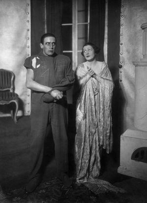 Kaksi näyttelijää näytelmästä R.U.R., vuonna 1923.