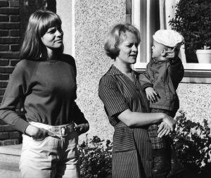 """Yleisradion televisio-ohjelma """"Heikki ja Kaija"""". Näyttelijät Liisa Roine (roolinimi Lissu), Eila Roine (roolinimi Kaija) ja Janne Auvinen. Roolikuva."""