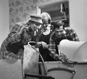 """Yleisradion televisio-ohjelma """"Heikki ja Kaija"""". Näyttelijät Sylvi Salonen (roolinimi Lahtiska), Eila Roine (roolinimi Kaija) ja Vili Auvinen (roolinimi Heikki). Lastenvaunut."""