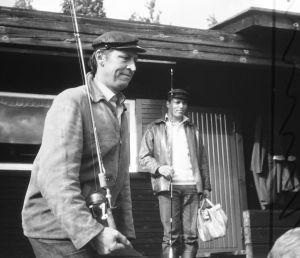 """Yleisradion televisio-ohjelma """"Heikki ja Kaija"""". Näyttelijät Veijo Pasanen (roolinimi Antero Moisio) ja Vili Auvinen (roolinimi Heikki)."""
