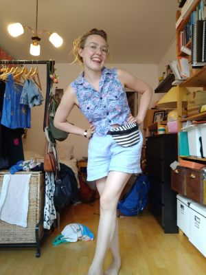 ung kvinna poserar i shorts och linne