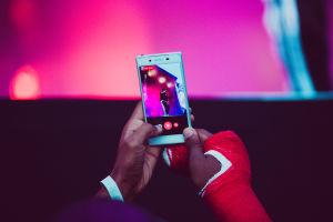 Kuva Nasista Blockfesteillä katsojan puhelimen ruudulta.