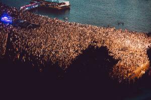 Weekend Festivalin yleisöä yläpuolelta kuvattuna.