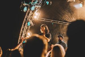 Vesta hymyilee leveästi Weekend Festivalin lavalla.