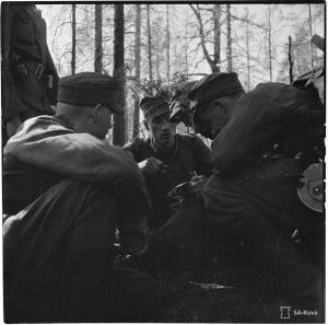 Luutnantti Lauri Törni neuvottelee rintamalla 1944.