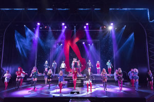 Kinky Boots -musikaalin lopussa juhlitaan. Lavalla koko ensemble pukeutuneena säikyviin korkosaappaisiin.