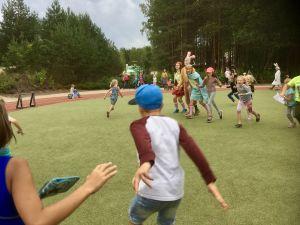 Barn leker en traditionell barnlek på Lottemaa temapark i södra Estland.