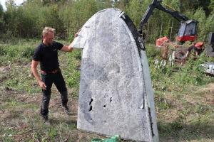 Kjell Johansson med vingspets från flygvrak efter flygolyckan nära Mariehamn 1963.
