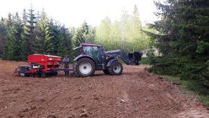 Mika Piiroinen traktorin kanssa pellolla
