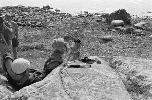 Karvakuonot automatkalla -sarjan kuvauksia 1982. Kuvaussuunnittelija Markku Paavola, järjestäjä Jukka Kestilä, näyttelijä Kalevi Honkanen sekä Karvakuonojen Riku ja Eno-Elmeri.