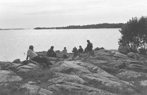Näyttelijä Kalevi Honkanen, kuvaussuunnittelija Markku Paavola, ohjaaja Olli Löytönen, äänisuunnittelija Kari Kangas sekä muita Karvakuonot automatkalla -sarjan tekijöitä kuvauksissa rantakallioilla 1982.